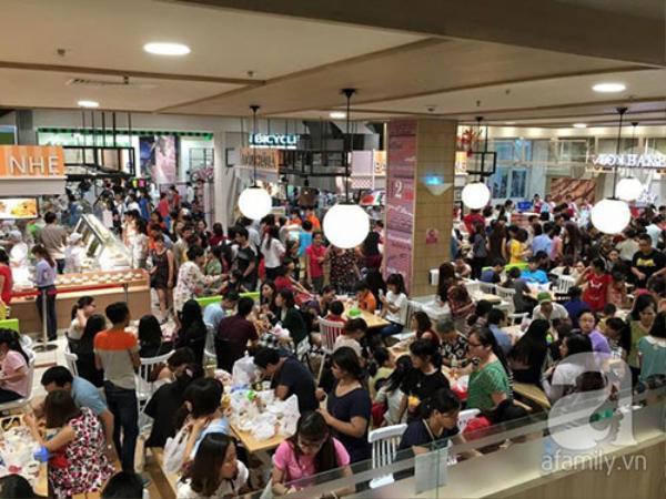"""Những người kiếm được bàn ăn trong siêu thị """"chật như nêm"""" này được coi là may mắn hơn những người đợi dài cổ mà không có thức ăn."""