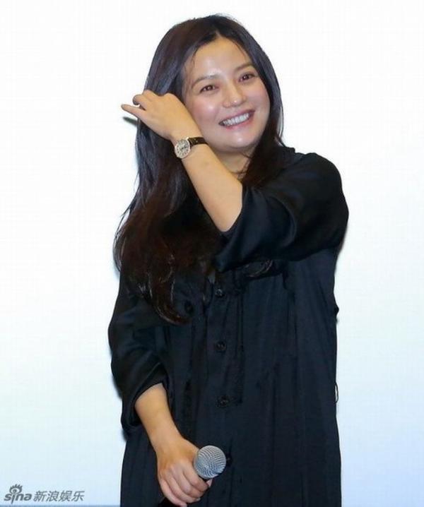 trong một sự kiện mới đây, Triệu Vy mặc bộ váy màu đen, tóc bỏ xõa đơn giản. Có thể nhận ra, ở tuổi U40, Én nhỏ đã già nua trông thấy. Cô tăng cân đáng kể, gương mặt đầy nếp nhăn, không còn vẻ đáng yêu năm nào.