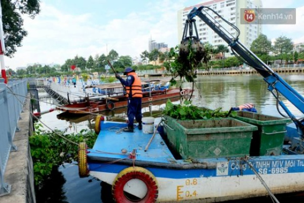 Công nhân vệ sinh môi trường đang gom rác từ dưới kênh.