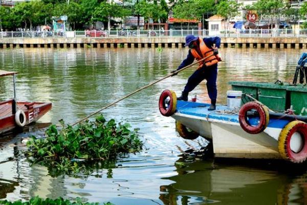 Các công nhân phải đi vớt rác từ 2 - 3 lần/ngày dưới dòng kênh đang có nguy cơ bị ô nhiễm trở lại.