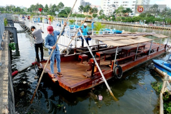 Bến thuyền du lịch đầy rác, không có khách đặt tour nhưng các nhân viên của bến cũng bận rộn vì phải... vớt rác cả ngày.