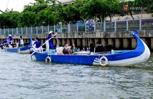 Khách hào hứng du ngoạn bằng thuyền trên kênh Nhiêu Lộc - Thị Nghè trong những ngày khai trương.