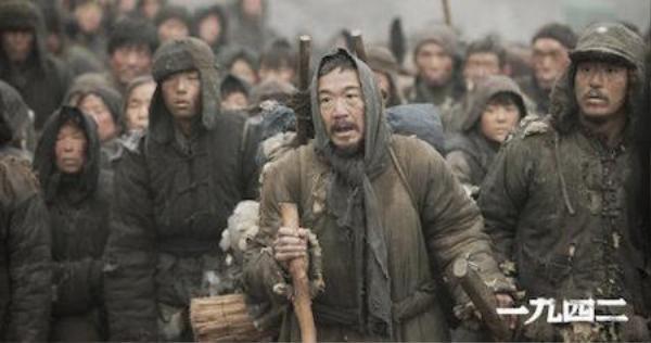 Hình ảnh trong phim 1942 tái hiện nạn đói giữa những năm 30, đầu những năm 40 ở Trung Quốc.