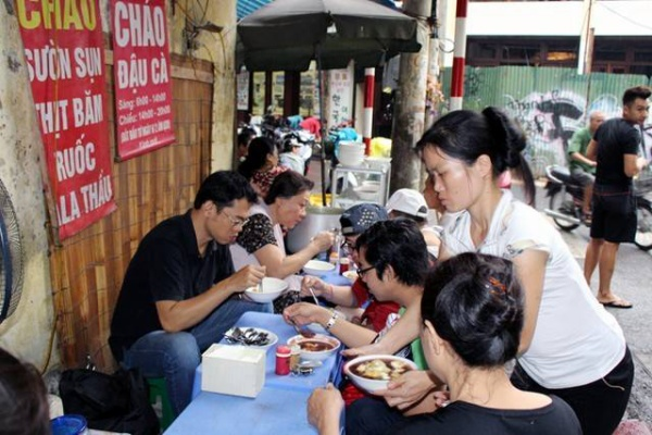 Những ngày đầu tuần hoặc ngày tuần, ngày rằm rất đông thực khách ăn chay tìm tới quán cháo bà Oanh.