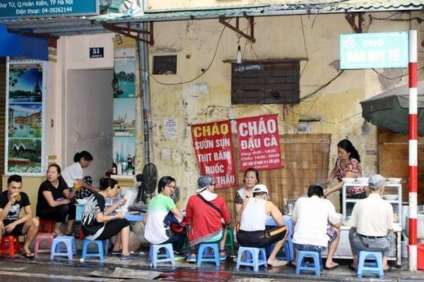 Quán nằm ở vỉa hè ngay cạnh ngã ba phố cổ Lương Ngọc Quyến, Đào Duy Từ của Hà Nội.