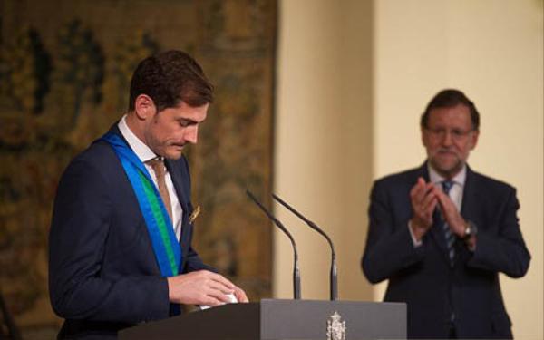 Casillas phát biểu cảm ơn Carbonero sau khi nhận huân chương.