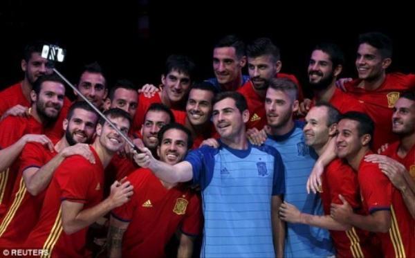 """Thủ thành Iker Casillas và các đồng đội cùng nhau """"tự sướng"""" giới thiệu áo mới"""