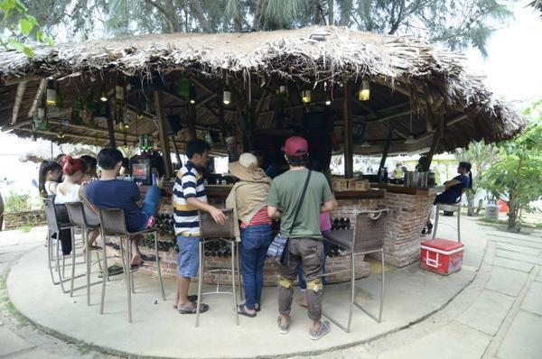 Quầy bar, nơi duy nhất phục vụ ăn uống trong khu dã ngoại này.