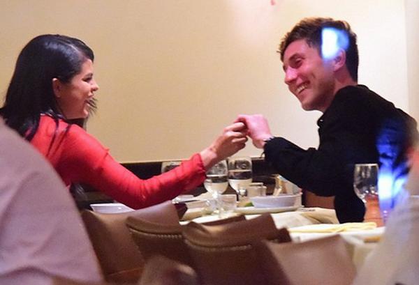 Selena Gomez và bạn trai mới đi ăn tại nhà hàng.