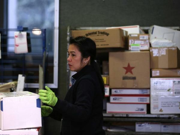 Mô tả công việc: lên kế hoạch, chỉ đạo, hoặc phối hợp với bộ phận nghiệp vụ, hành chính, quản lý và dịch vụ hỗ trợ khách hàng tại các bưu điện. Mức lương trung bình hàng năm (2012): 63.050 USD. Cơ hội việc làm (đến năm 2022): 5.000. Yêu cầu kinh nghiệm: Dưới 5 năm. Đào tạo trong công việc: Trung hạn.
