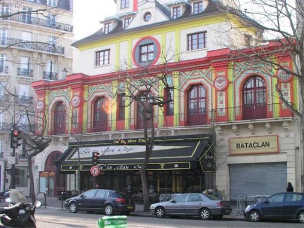 Bataclan được xây dựng từ năm 1864, nhà hát có sức chứa 1.500 người, thường xuyên cháy vé bởi nổi tiếng là địa điểm thân mật, nơi người hâm mộ có thể giao lưu gần gũi với nghệ sỹ.