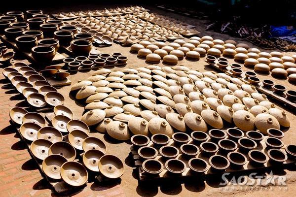 Sản phẩm gốm đất nung truyền thống ít khi được trang trí hoa văn, nếu có thì chỉ là một - hai đường chỉ khắc chìm song song trên vai sản phẩm hoặc dùng hoa văn khắc vạch hình sóng nước.