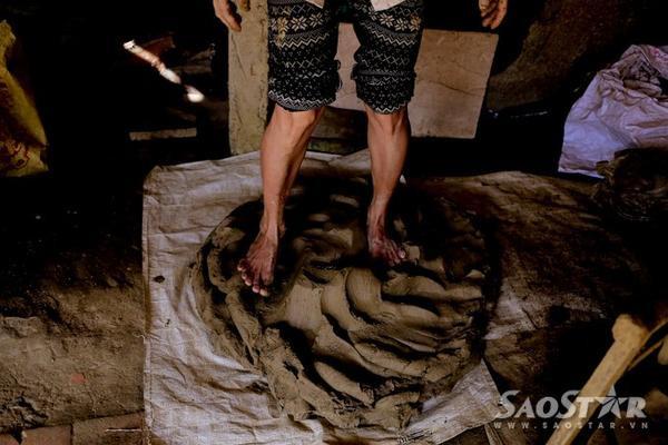 Đôi chân người phụ nữ rắn rõi qua 20 năm phải đạp hàng khối đất mỗi ngày. Việc đạp đất sẽ làm cho đất có độ kết dính cao hơn.