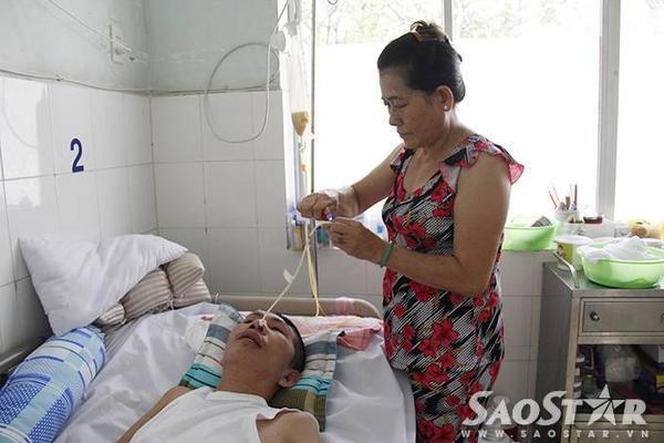 Tỉ mỉ từ việc cho bệnh nhân ăn, ngủ và tập vật lí trị liệu để nhanh chóng phục hồi.