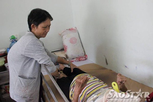 Thời gian rảnh họ thường tranh thủ bóp tay chân giúp máu lưu thông cho bệnh nhân nằm lâu ngày dễ chịu.