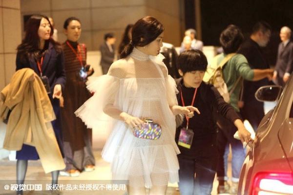 Thực tế trong sự kiện trước đó, bộ trang phục không lộ như thế này. Nhưng sau đó, vì hiệu ứng ánh sáng, Trần Nghiên Hy rơi vào cảnh khó xử do trang phục xuyên thấu.