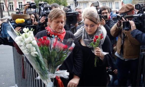 Người dân đến đặt hoa tại nhà hát Bataclan ngày 14-11 (Ảnh: Guardian).