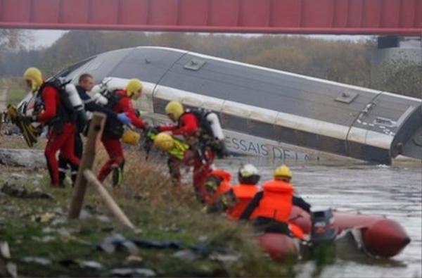 Nhân viên cứu hộ có mặt tại hiện trường.