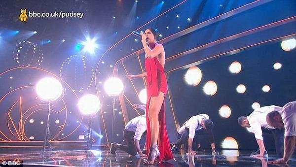 Trong chương trình Children In Need của đài BBC hôm 13/11, nữ ca sĩ mang đến bộ cánh đỏ được thiết kế để hở cổ sâu gợi cảm, phần chân váy lộ đôi chân nuột nà.