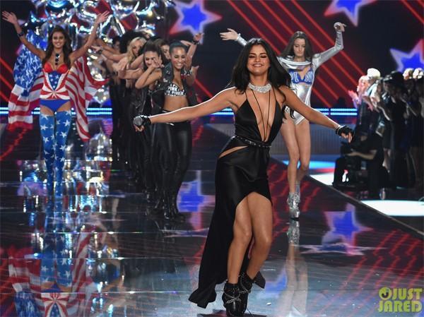 Hôm 9/11, Selena Gomez có buổi diễn lần đầu tiên tại show nội y đình đám Victoria's Secret Fashion Show. Biểu diễn xung quanh các người mẫu gợi cảm, Selena quyến rũ không kém.