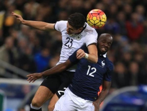 Diarra đã có trận thi đấu khá tốt với tuyển Pháp nhưng liền sau đó anh nhận nỗi đau khi người chị thân đã mất trong vụ khủng bố.