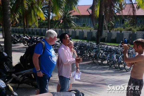 Du khách nước ngoài khi đến Cửa Đại - Hội An cảm thấy thích thú khi gặp anh chàng hài hước này,