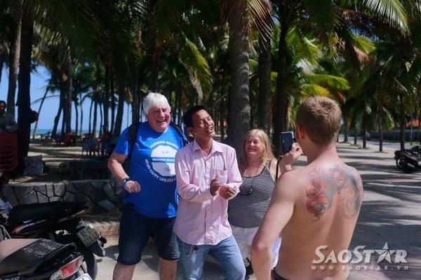 Du khách thường quay video lúc anh Quân hát và nhiều du khách còn nhún nhảy theo và cảm thấy thích thú với điều đó.