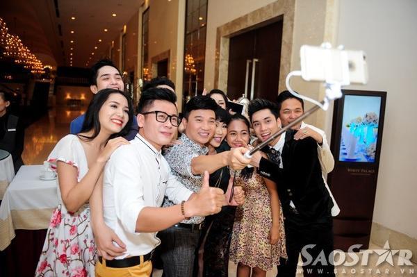 Dàn khách mời tranh thủ chụp hình tự sướng sau sự kiện.