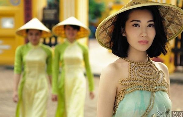 Chị dâu Chương Tử Di - nữ diễn viên Ân Húc duyên dáng bên nón lá Việt trong bộ ảnh thực hiện ở Việt Nam. Ân Húc sinh năm 1983 tốt nghiệp chuyên ngành múa và thi đỗ vào khoa Diễn xuất khóa 2000, Học viện Điện ảnh Bắc Kinh. Năm 2006, cô kết hôn với Chương Tử Nam - anh trai Tử Di.