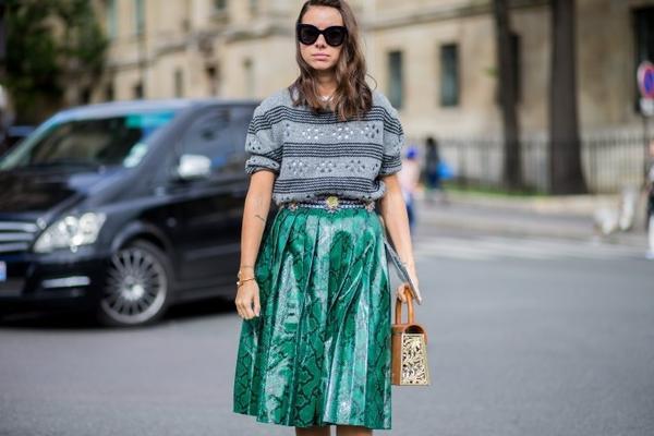 Chiếc áo len sọc ngang sơ vin cùng váy xếp pli màu xanh