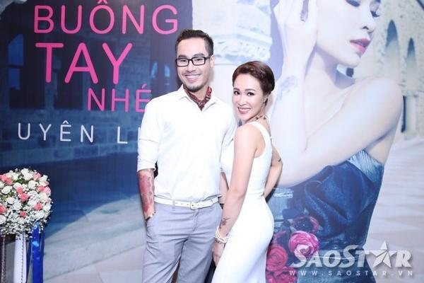 """Uyên Linh """"tươi rói"""" chụp ảnh lưu niệm cùng ca nhạc sĩ Đinh Huy."""