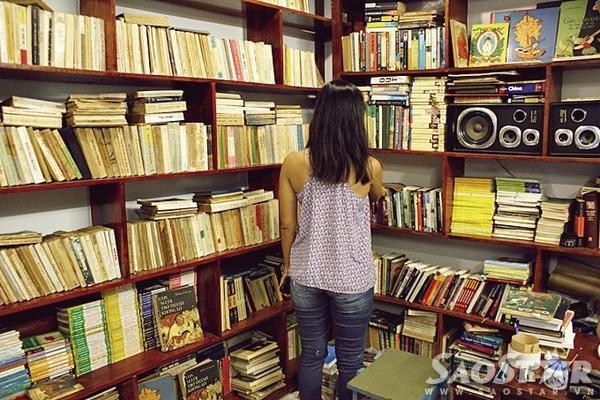 Trong 2 tuần đầu tiên đi vào hoạt động, bên cạnh những khách hàng quen từ thị trường online, Tiệm sách Momo cũng đã thu hút sự chú ý của nhiều người dân sinh sống trong khu vực.