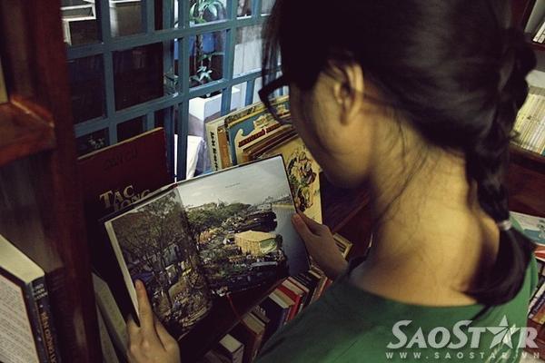 Khi đến Tiệm sách Momo, khách sẽ được tự do đọc sách trước khi quyết định mua.
