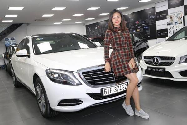 Ngoại thất Mercedes-Benz S 400 2015 với lưới tản nhiệt 4 thanh ngang chrome đặc trưng, mâm xe 18 inches 5 chấu kép, nẹp chỉ mạ chrome trên cản trước, cản sau và thân xe, chụp ống xả kép mạ bóng tích hợp với cản sau, cửa sổ trời siêu rộng Panorama chỉnh điện…