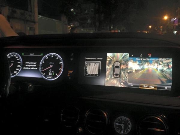 Về giải trí đa phương tiện, xe được trang bị hệ thống điều khiển truyền thông đa phương tiện COMAND Online với đầu đọc DVD 6 đĩa, bộ thu sóng phát thanh, đầu đọc thẻ SD, bộ nhớ lưu trữ nhạc và video 10 GB, kết nối Bluetooth, trình duyệt Internet, chức năng điều khiển bằng giọng nói LINGUATRONIC.