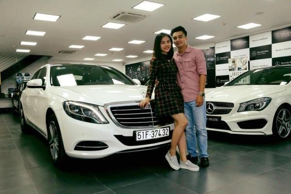 Vân Trang được bạn trai Việt kiều Australia tháp tùng đi nhận xe. Cô dự định sẽ tổ chức đính hôn vào cuối năm và tháng 3 năm sau sẽ lên xe hoa.