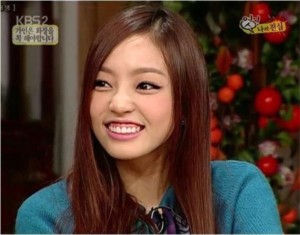 """Không chỉ người hâm mộ mà bản thân Goo Hara của KARA cũng thừa nhận nụ cười hở lợi làm hỏng """"cục diện"""" gương mặt. Khi chỉ cười mỉm, Goo Hara được ví như búp bê."""