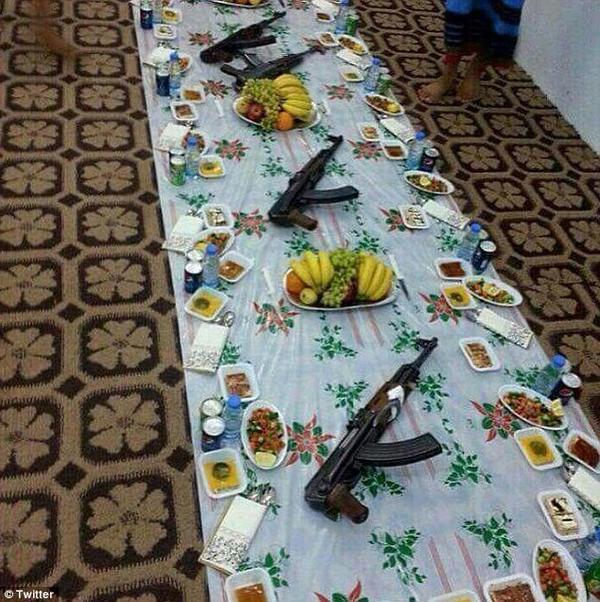 Bữa tiệc sung túc của các tay súng ngập trong thịt gà, trái cây và ... súng.