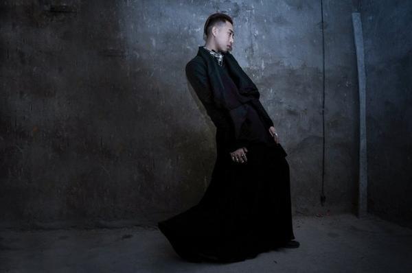 Hoàng Ku gây ấn tượng mạnh trong bộ đồ