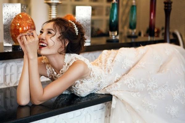 """Ngoài ra động lực để Lan Ngọc thực hiện bộ ảnh này vì ngẩn ngơ trước việc """"soái ca"""" Huỳnh Hiểu Minh đã chính thức có vợ."""