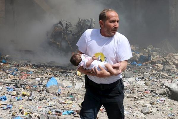 Một em bé sơ sinh may mắn sống sót sau vụ thả bom của chính quyền Tổng thống al-Assad tại Aleppo ngày 3/6/2015.