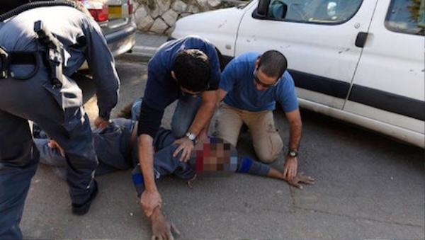 Hình ảnh được cho là kẻ tấn công bị bắt giữ bởi những người đi đường, trước khi cảnh sát xuất hiện. Nguồn: Twitter.