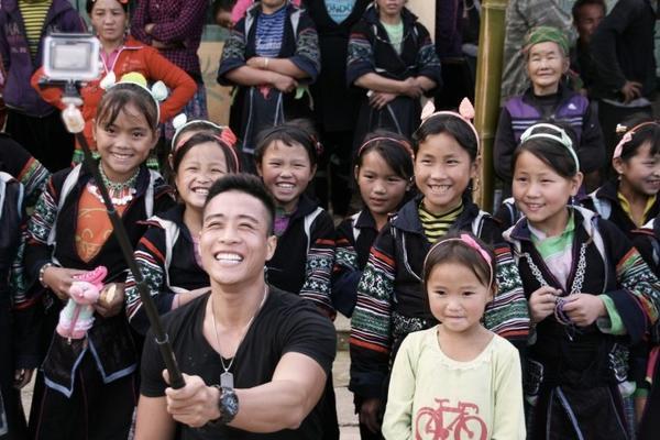 Diễn viên Linh Sơn đầu trần phơi nắng trên xe hành lý đi đến người dân ở bản làng xa xôi tại Sapa.
