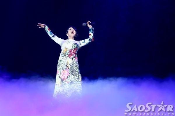 Nữ giám khảo Gương mặt thân quen nhí 2015 hát thêm hai bản hit của mình gồm: Trên đỉnh phù vân, Chuyện tình.