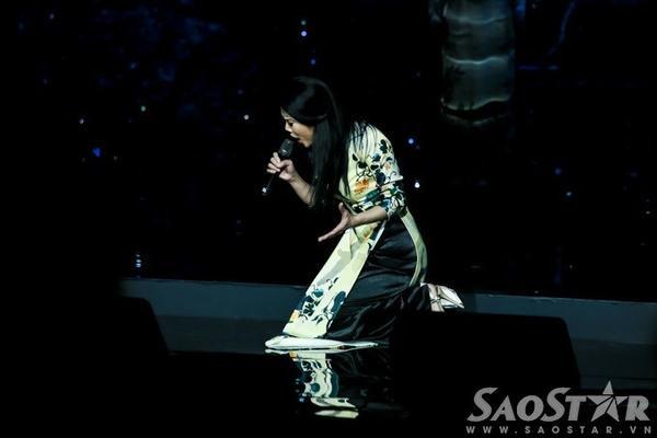 Thế nhưng, trong lúc di chuyển, nữ HLV Giọng hát Việt 2015 bỗng té ngã quỵt xuống do không chú ý mặt sàn sân khấu được thiết kế phần cao, phần thấp.