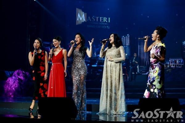 Mỹ Linh, Hồng Nhung, Thu Phương, Thanh Lam và Trần Thu Hà khép lại show diễn đầu tiên với liên khúc Nghe mưa. Chương trình The Master of Symphony sẽ còn 2 suất biểu diễn nữa vào tối 21 và 22/11.