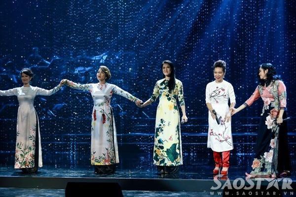 Việc 5 ngôi sao của nhạc nhẹ Việt Nam lần đầu đứng chung sân khấu, biểu diễn cùng nhau khiến số đông người xem cảm thấy thích thú, phấn kích.