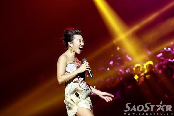 Sau đó, Trần Thu Hà gửi tặng công chúng yêu nhạc hai ca khúc nổi tiếng: Sắc màu, Thu cạn.