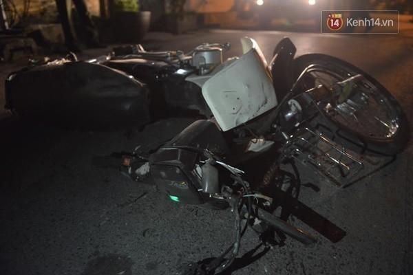 Chiếc xe máy trong vụ tai nạn hiện nằm ở xóm Hạ Hồi trong tình trạng gãy cổ và bị dập nát - (Ảnh: Hoàng Anh).