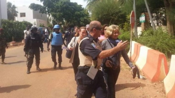 Với sự yểm trợ của lính Liên Hợp Quốc và lục quân Mỹ, lực lượng đặc nhiệm Mali đã giải thoát toàn bộ số con tin 170 người bị nhóm vũ trang bắt giữ làm con tin từ sáng qua. Tuy nhiên, mới chỉ có hai trong số các tay súng tham gia vụ tấn công bị tiêu diệt, số còn lại đang cố thủ trên tầng thượng của khách sạn Radisson. Số lượng chính xác chiến binh tham gia cuộc tấn công cũng chưa được xác định. Trước đó, nhiều nguồn tin khẳng định có khoảng 10 - 15 tay súng tham gia vụ tấn công.